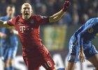 Záložník Bayernu Mnichov Arjen Robben padá po souboji s obráncem Bochumi Janem Šimůnkem