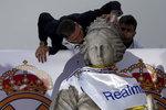 Sergio Ramos při oslavách Realu líbá sochu na fontáně Cibeles na stejnojmenném náměstí v Madridu
