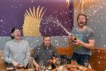 Mistrovská večeře Komety: pivo, řízky i šampaňské. Erat kropil spoluhráče