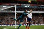 Gólman Arsenalu Petr Čech při jednom ze zákroků v utkání s Tottenhamem