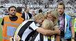 Pavel Nedvěd se na své rozlučce s Juventusem objímá s manželkou a s dětmi