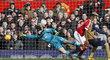 Útočník Marcus Rashford vstřelil v prvním poločase Petru Čechovi dva góly