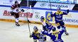 Hokejisté Zlína oslavují gól do sítě pražské Sparty