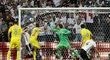 Shkodran Mustafi střílí gól do sítě Ukrajiny