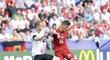 Max Arnold brání Patrika Schicka při zápase Česko - Německo