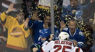 Sprcha popcornem. Bitku v NHL oko�enila netradi�n� p��sada