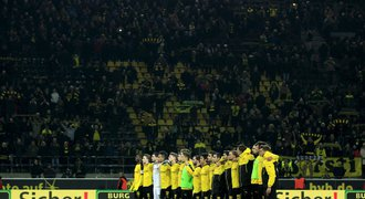 Ticho v Dortmundu. Při zápase zemřel fanoušek, uctili ho i hráči