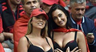 Francie vs. Albánie, přehlídka sexy fanynek: Takové výstřihy ještě Euro nevidělo!