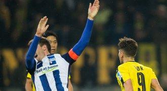 """Turecký """"Messi"""" Dortmundu strčil obra a šel ven. Obránce pak přiznal simulaci"""