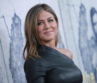 Základy šatníku podle Jennifer Aniston. Věčná inspirace!