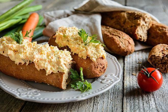 Mrkvovo-pažitkovou pomazánku oceníte k večeři i na svačinu během dne.