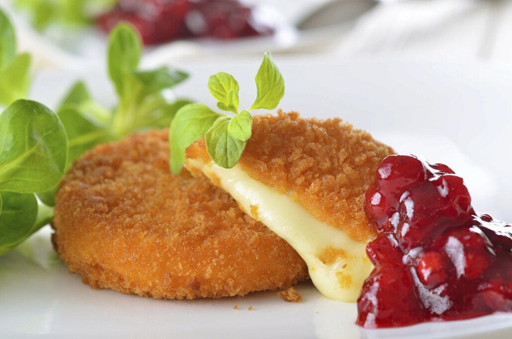 Stejně jako nakládaný hermelín, i ten smažený chutná skvěle s brusinkami.
