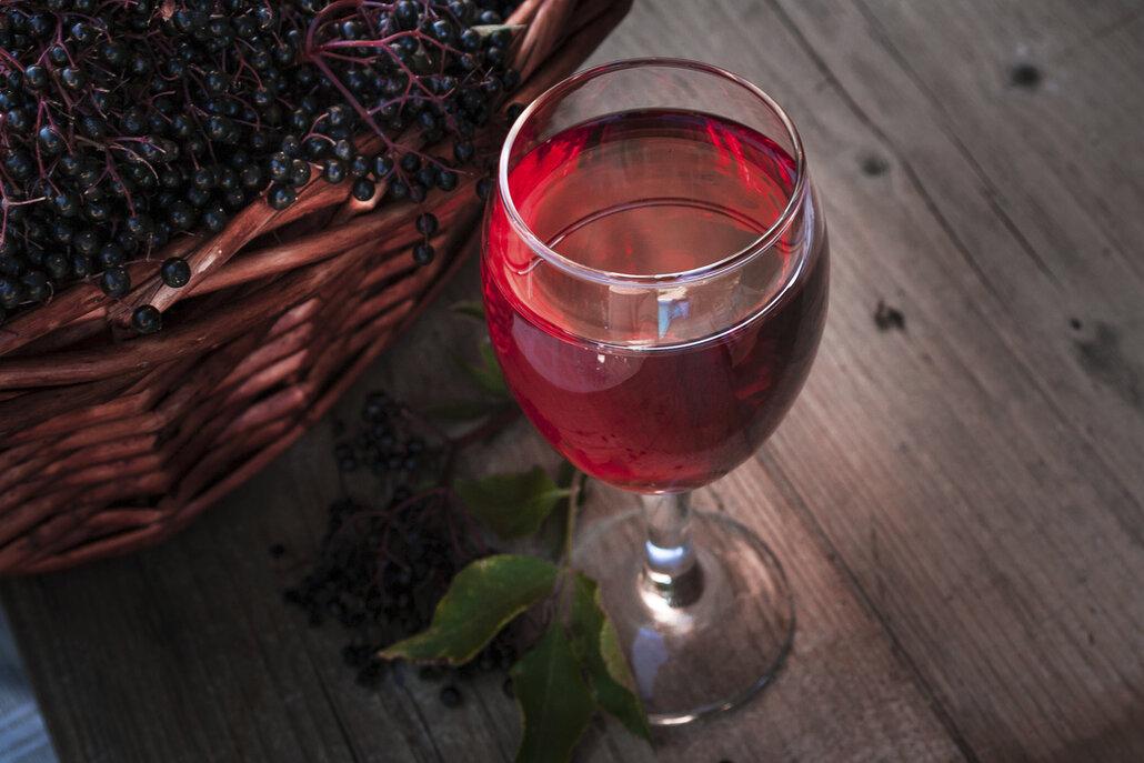 Kvašené víno z černého bezu zvládnete v pohodlí domova