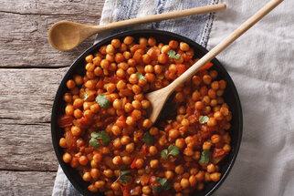 Teplá večeře do 30 minut: Cizrnové kari, smažené vepřové nebo gratinované brambory