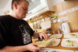 Takhle vaří Reflex: Šéfredaktor Marek Stoniš a jeho thajské kuřátko