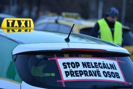 Taxikáři protestují proti Uberu. Moc jim to nejde.