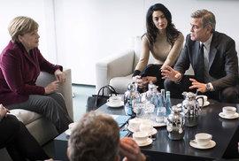 Aktivist� na Berlinale. Clooneyovi �e�ili s Merkelovou uprchl�ky. Dal�� zast�vka: azylov� centrum