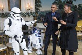 Obamovi zatrsali se stormtrooperem a droidem.