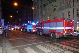 V Praze hořel hotel. Nejméně dva lidé zemřeli, desítky dalších mají zranění. Hasiči…