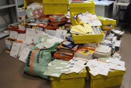 Pošťák nedoručil 400 kilo dopisů, protože dostával málo peněz. Kuriózní případ hýbe …