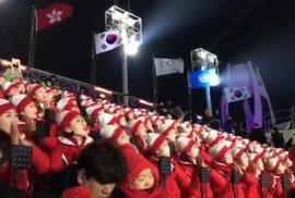 Reflex z olympiády: Davy lidí okukují roztleskávačky Severní Koreje jako zvířata v…