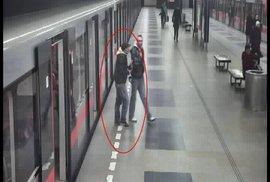 """Video zachytilo pražského """"karatistu"""" z metra. Neznámý muž kopl do dveří a rozbil okno"""