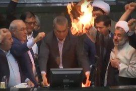 Smrt Americe! volali íránští poslanci a spálili vlajku USA. Chtějí obnovit jaderný …