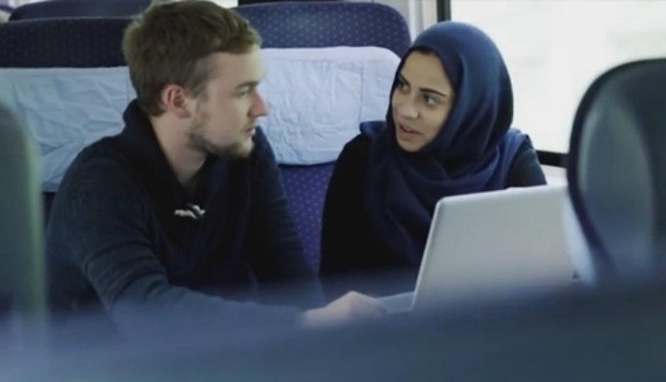 Muslimka ve vlaku: Co si o ní myslí kluk na protější sedačce?