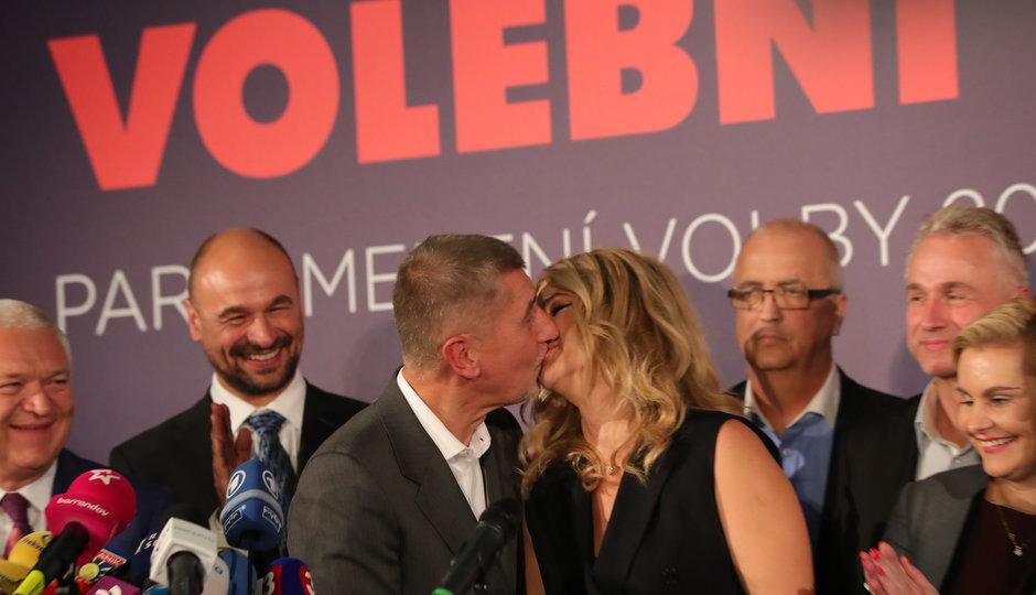 První slova Andreje Babiše po vítězství: Dal pusu Monice a děkoval