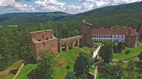 Šumavský hrad Velhratice z výšky: Takhle to při návštěvě neuvidíte