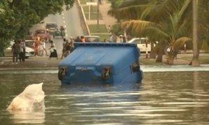 Havanu trápí silný vítr: Obří vlny už zaplavily celé pobřeží