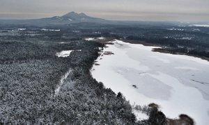 """Když mráz """"oblékne"""" Máchovo jezero. Ledovou plochu natočil dron"""