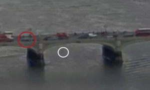 Žena skočila do Temže a přežila útok teroristy. Podívejte se na klíčový okamžik
