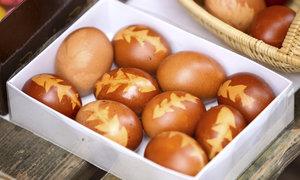 Barvení vajíček bez chemie? Uvařte je v cibulovém nálevu!