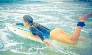 Umění, nebo erotika? Krásné surfařky vyrazily na vlny úplně nahé