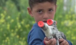 Chlapce unesl ISIS kvůli jménu po slavném fotbalistovi. Teď si hraje jen se samopalem