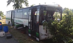 Nehoda autobusu, který převážel školáky, a osobního auta na severu Plzeňska