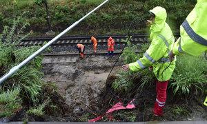 Záplavy v Černošicích: Vydatný déšť podemlel trať a zastavil vlaky