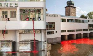 """Vltava u Mánesu byla """"krvavá."""" Aktivisté ji obravili jako protest proti komerci"""