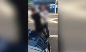 Drsné video: Taxikáři na letišti mlátili řidiče Uberu! Další schytal rány do kapoty a nadávky