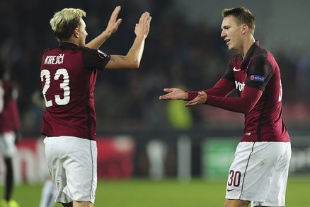 Ladislav Krejčí gratuluje Lukáši Julišovi ke sparťanské brance proti Krasnodaru