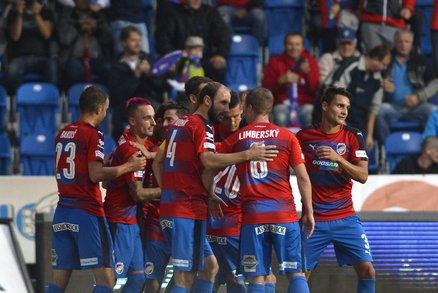 Radost plzeňských fotbalistů po jedné z branek do sítě Karviné