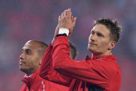 Milan Škoda děkuje fanouškům po výhře Slavie s Libercem, v pozadí Gino van Kessel