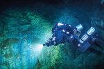 Voda Hranického jezírka je nasycena oxidem uhličitým a její teplota ani v zimě neklesá pod 9 stupňů Celsia