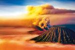 Malajsijská sopka Mt. Bromo v okamži ku, kdy se začíná probouzet