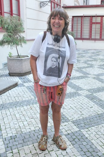 Bára Hrzánová: Živel, jenž budí sympatie a drtí outfity