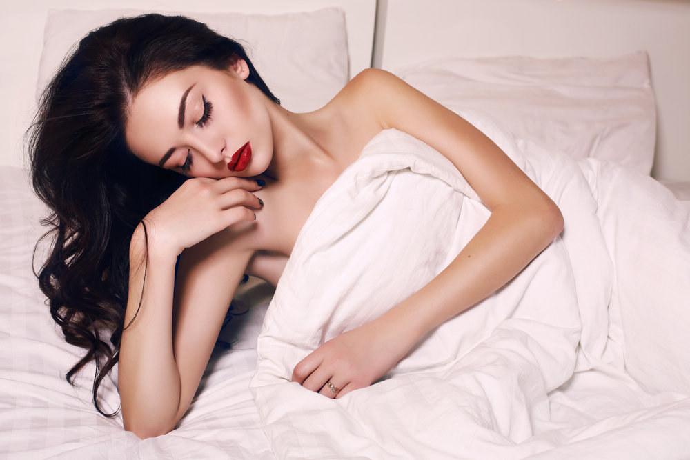 Jak si učesat vlasy na spaní, aby šly ráno snadno upravit?