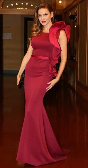 Nej outfity uplynulého týdne: Charlize Theron odhalila hrudník a Verešová pózovala jako Victoria Beckham!