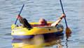 Na radnici vyvěsili Zemana ve člunu od fotografa Blesku