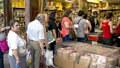 Řecké obchody: Nedostatek léků i potravin